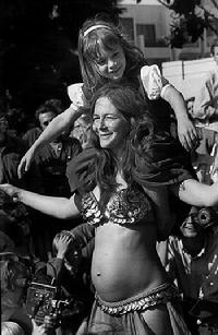 1969 photo by Robert Altman of Rhea dancing with Piper on her shoulders and Melina still in her dancing belly